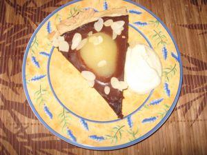 Tarte au chocolat et poires avec amandes et chantilly